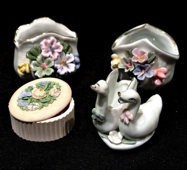 Assortiment boîtes en porcelaine et dents de lait