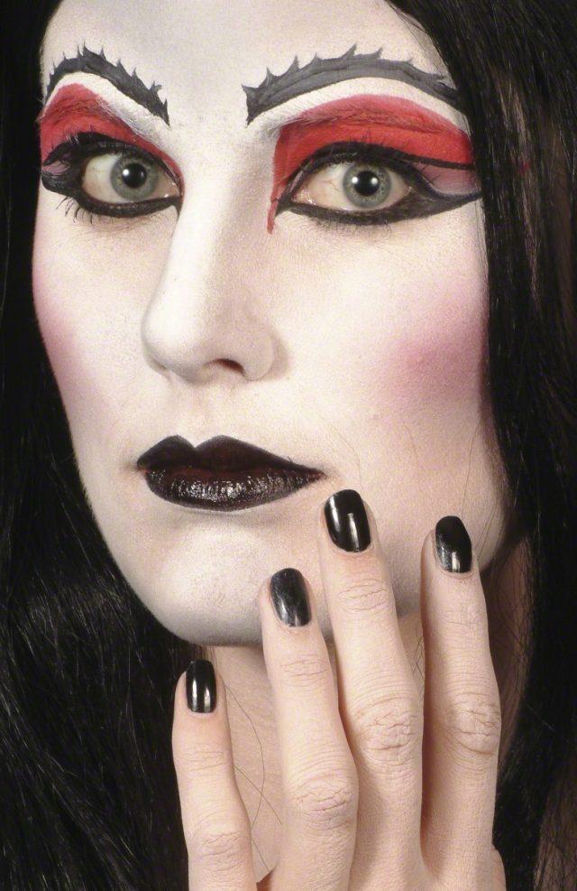 Rouge à lèvres noir et vernis noir